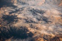 Σύννεφα που κατεβαίνουν άσπρα πέρα από τις τεκτονικές πλάκες βουνών Στοκ φωτογραφία με δικαίωμα ελεύθερης χρήσης