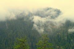 Σύννεφα που κατεβαίνουν πέρα από τα βουνά Himalayan Στοκ Φωτογραφίες