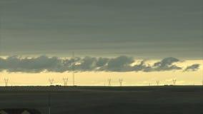 Σύννεφα που κινούνται πέρα από τα καλώδια ηλεκτρικής ενέργειας απόθεμα βίντεο