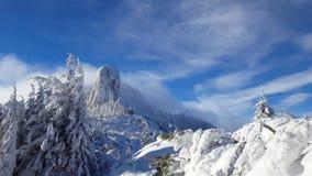 Σύννεφα που κινούνται στην κορυφή χειμερινών βουνών, Carpathians απόθεμα βίντεο