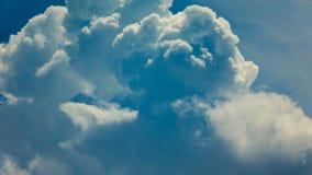 Σύννεφα που κινούνται στο μπλε ουρανό, χρονικό σφάλμα φιλμ μικρού μήκους