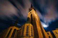 Σύννεφα που κινούν πέρα από Riddarholmskyrkan τη νύχτα, σε Galma Stan, το ST Στοκ Εικόνα