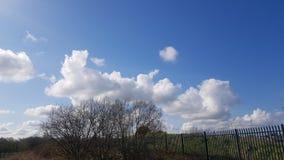 Σύννεφα που παίζουν επάνω το κομμάτι που τρυπιέται της ύπαρξης σύννεφα στοκ φωτογραφία με δικαίωμα ελεύθερης χρήσης