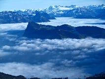 σύννεφα που περιβάλλοντ&alp Στοκ εικόνες με δικαίωμα ελεύθερης χρήσης