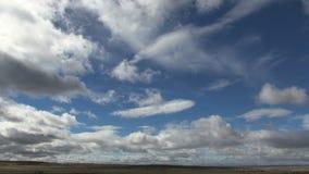 Σύννεφα που περνούν μέσω της κοιλάδας βουνών απόθεμα βίντεο