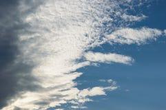 Σύννεφα που προέρχονται από το αριστερό Στοκ εικόνες με δικαίωμα ελεύθερης χρήσης