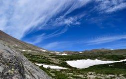 Σύννεφα που σκουπίζουν πέρα από Tundra κατά μήκος του μέγιστου ίχνους Longs Στοκ Εικόνα