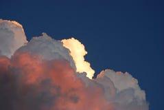 σύννεφα που φωτίζονται ε&sig Στοκ εικόνα με δικαίωμα ελεύθερης χρήσης