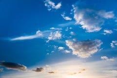 Σύννεφα σε έναν βαθύ μπλε ουρανό Στοκ φωτογραφίες με δικαίωμα ελεύθερης χρήσης