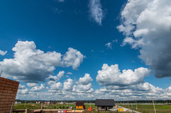 Σύννεφα σε έναν ηλιόλουστο ουρανό Στοκ εικόνα με δικαίωμα ελεύθερης χρήσης