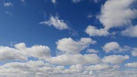 Σύννεφα σε έναν μπλε ουρανό άνοιξη απόθεμα βίντεο