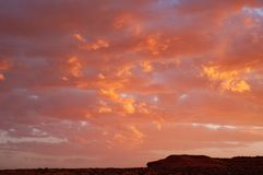 Σύννεφα σε ένα κόκκινο χρωματισμένο ηλιοβασίλεμα οροπέδιο ερήμων του Κολοράντο στην πόλη Tuba, Ηνωμένες Πολιτείες στοκ φωτογραφίες με δικαίωμα ελεύθερης χρήσης