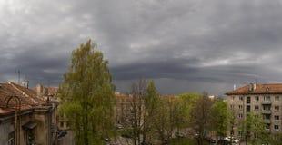Σύννεφα σε αναμονή για τη καταιγίδα Μαΐου σε Klaipeda, Λιθουανία στοκ εικόνα