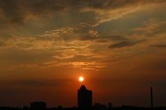 Σύννεφα στην αυγή Φλογερός κόκκινος ήλιος αύξησης πίσω από τα σύννεφα headpiece στοκ φωτογραφία με δικαίωμα ελεύθερης χρήσης