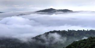 Σύννεφα στην μπλε κοιλάδα βουνών κορυφογραμμών καπνώή, Waynesville NC, ΗΠΑ Στοκ φωτογραφία με δικαίωμα ελεύθερης χρήσης