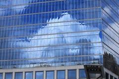 Σύννεφα στην οικοδόμηση Στοκ εικόνες με δικαίωμα ελεύθερης χρήσης