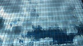 Σύννεφα στην οικοδόμηση Στοκ Εικόνες