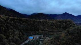 Σύννεφα στις ατελείωτες εκτάσεις βουνών 4K της φύσης, ένας ξηρός τομέας αργίλου με τους θάμνους και βουνά στο υπόβαθρο φιλμ μικρού μήκους