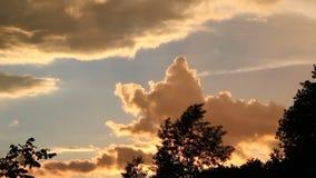 Σύννεφα στις χρονικές περιτυλίξεις ηλιοβασιλέματος απόθεμα βίντεο