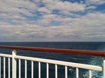 Σύννεφα στον ουρανό και κύματα στη θάλασσα από το κρουαζιερόπλοιο Στοκ εικόνες με δικαίωμα ελεύθερης χρήσης