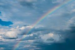 Σύννεφα στον ουρανό με το ουράνιο τόξο Στοκ φωτογραφία με δικαίωμα ελεύθερης χρήσης