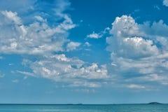 Σύννεφα στον ουρανό πέρα από τη θάλασσα Στοκ Εικόνες