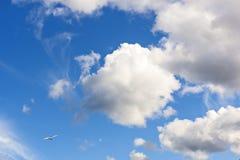 Σύννεφα στον ουρανό στη συμπαθητική ημέρα Στοκ εικόνα με δικαίωμα ελεύθερης χρήσης