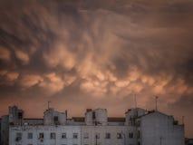 Σύννεφα στον ουρανό στο σούρουπο σε Σαραγόσα Στοκ εικόνα με δικαίωμα ελεύθερης χρήσης
