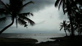 Σύννεφα στον παράδεισο επάνω από την παραλία φιλμ μικρού μήκους