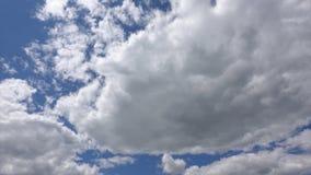 Σύννεφα στο μπλε ουρανό, χρόνος-σφάλμα r Φωτεινά χρώματα στον ουρανό απόθεμα βίντεο