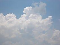 Σύννεφα στο μπλε ουρανό, μαλακότητα στοκ φωτογραφία με δικαίωμα ελεύθερης χρήσης