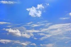 Σύννεφα στο μπλε ουρανό (μπλε ουρανός και άσπρα σύννεφα) Στοκ Εικόνες
