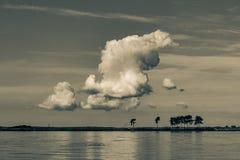 Σύννεφα στο πλημμυρισμένο εγκαταλειμμένο λατομείο B&W ημέρα στοκ φωτογραφίες