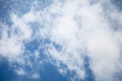 Σύννεφα στο υπόβαθρο μπλε ουρανού, απέραντος μπλε ουρανός Στοκ Εικόνα