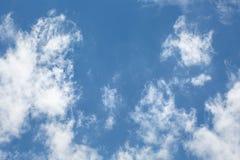 Σύννεφα στο υπόβαθρο μπλε ουρανού, απέραντος μπλε ουρανός Στοκ φωτογραφία με δικαίωμα ελεύθερης χρήσης