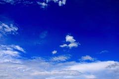 Σύννεφα στο υπόβαθρο μπλε ουρανού στοκ εικόνα με δικαίωμα ελεύθερης χρήσης