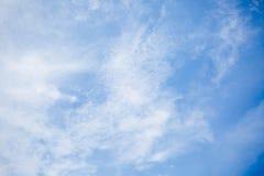 Σύννεφα στο υπόβαθρο μπλε ουρανού Στοκ Φωτογραφία