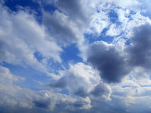 Σύννεφα στο υπόβαθρο μπλε ουρανού Στοκ Εικόνα