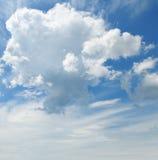 σύννεφα σωρειτών ενάντια στο μπλε ουρανό στοκ εικόνες με δικαίωμα ελεύθερης χρήσης