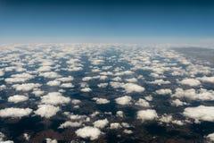 Σύννεφα σωρειτών πέρα από τη γη Μια τοπ άποψη του αεροπλάνου Στοκ Εικόνες