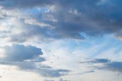 Σύννεφα σωρειτών στον μπλε ουρανό άνοιξη Στοκ Εικόνες