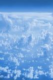 Σύννεφα τοπ άποψη από το παράθυρο ενός αεροπλάνου που πετά στα σύννεφα Στοκ εικόνες με δικαίωμα ελεύθερης χρήσης