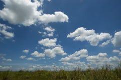 σύννεφα χνουδωτά Στοκ Φωτογραφίες