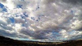 Σύννεφα χρονικού σφάλματος πέρα από τα βουνά απόθεμα βίντεο
