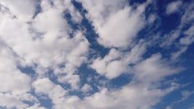 Σύννεφα altocumulus χρονικού σφάλματος που κινούνται αργά με τα θολωμένα αποτελέσματα σε έναν μπλε ουρανό φιλμ μικρού μήκους