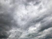 Σύννεφα Nimbus, σκοτεινός δυσοίωνος ουρανός στοκ εικόνα με δικαίωμα ελεύθερης χρήσης
