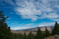 Σύννεφα Spectatular πέρα από mountian και δασικός Στοκ εικόνες με δικαίωμα ελεύθερης χρήσης