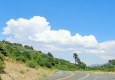 Σύννεφα Thunderhead πέρα από το βουνό στοκ φωτογραφία