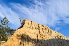 Σύννεφα Wispy πέρα από έναν απότομο βράχο ψαμμίτη στην κρατική επιφύλαξη πεύκων Torrey στο Σαν Ντιέγκο Στοκ Εικόνες