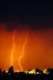 Σύννεφο για να στηρίξει την ηλεκτρική αστραπή πίσω από τις κορυφές στεγών σπιτιών Στοκ φωτογραφία με δικαίωμα ελεύθερης χρήσης